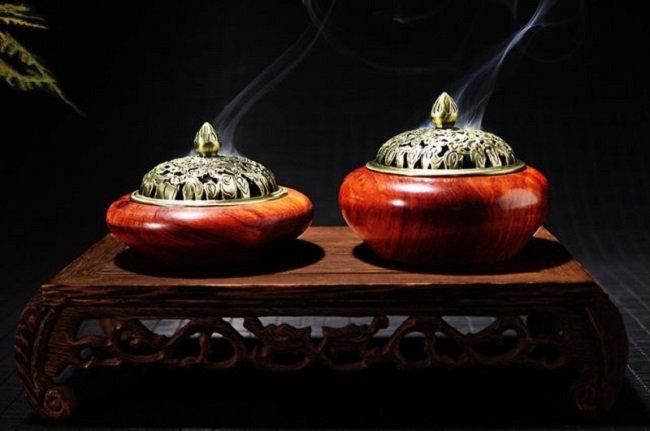 Đốt Nụ Trầm Hương trong nhà mang lại nhiều lợi ích sức khỏe.