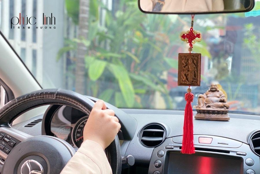 treo-xe-o-to-phong-thuy-tuong-phat-tram-huong (2)