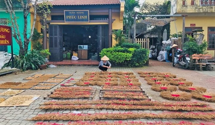 Trầm hương Phúc Linh có xưởng sản xuất nhiều sản phẩm Trầm hương: nhang nụ trầm hương, vòng tay Trầm hương, Trầm hương mỹ nghệ....